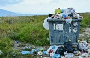 Mülltonne mit Plastikabfall